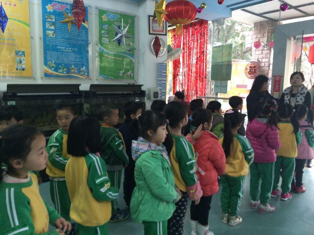幼儿园排队的卡通礼仪图片