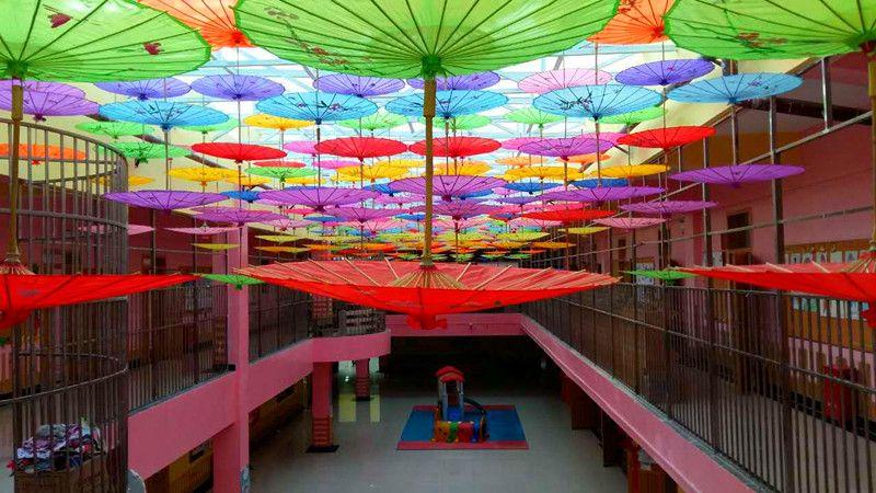 五颜六色的伞的交织成一道美丽的彩虹